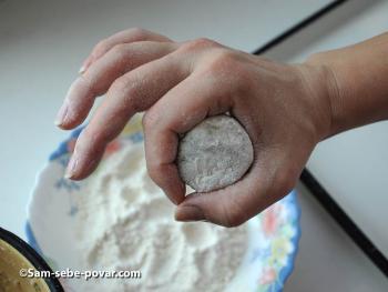 рецепт с фото, обваливаем картофельные котлетки в муке