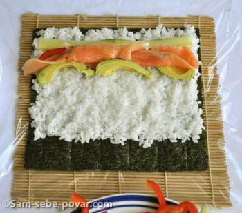 фото раскладывания овощей и лосося по листу нори