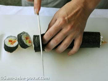 рецепт с фото, нарезаем суши на кусочки